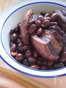 黒豆で豚バラ肉のコク照り煮込み。