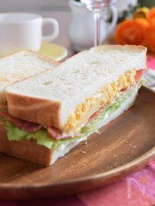 スクランブルエッグとベーコンのトーストサンド