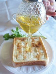 厚切りパンで、ハニーバタートースト