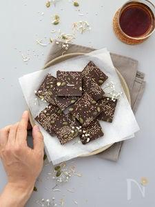 ココナッツとキヌアパフのローチョコレート・バーク