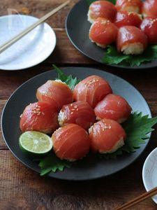 ごま油香る、漬けマグロの手毬寿司。