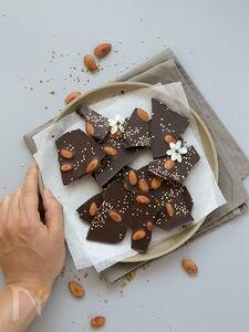 アーモンドとキヌアパフのローチョコレート・バーク