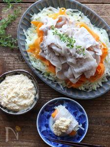 とろーり卵ソースで食べるコンソメ風味の豚しゃぶホットサラダ
