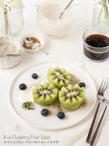 キウイとブルーベリーのフルーツサラダ。ひよこ豆ホイップ添え
