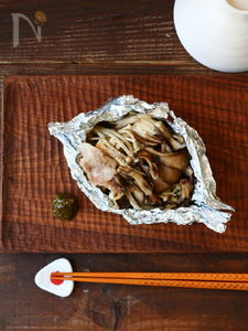 「豚・ナス・きのこ」楽ちんホイル包み焼き