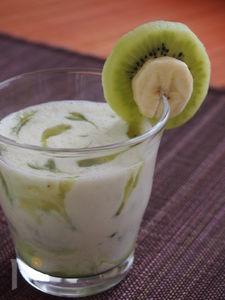 バナナとキウイのマーブルヨーグルトスムージー