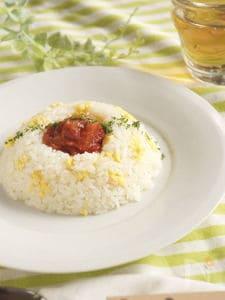 炒り卵入りバターライス トマトソースがけ