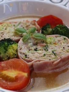 鶏ひき肉のベーコン巻、コンソメスープ