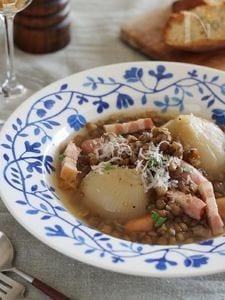 丸ごと新玉ねぎとレンズ豆のスープ煮