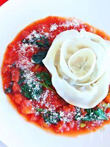 洋風 薔薇餃子 ほうれん草とトマトソース