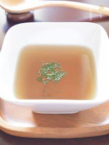 干し椎茸の戻し汁と自家製チャイブのスープ