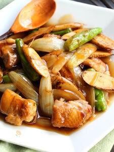 鶏肉とごぼうの黒酢炒め(動画あり)