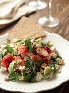苺とアボカドのカッテージチーズサラダ