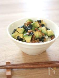 アボカド納豆の梅海苔丼