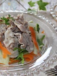 ごまドレ味の豚しゃぶサラダ、リボン野菜添え