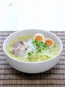 鶏ガラで作る透きとおるスープ「本格塩ラーメン」