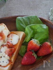 モツァレラチーズとトマトのトースト
