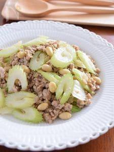 セロリと大豆の豚ひき肉セボリー炒め