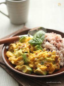 納豆とアボカドのチーズスクランブルエッグ