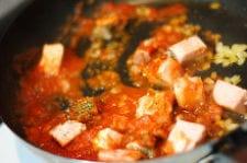 火が通ってきたところで、トマトピューレ・トマトケチャップ・塩を加え、(1)のそうめんかぼちゃを加える。 しっかり炒め合わせたら、そうめんかぼちゃの皮の器につめ、