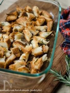 残った食パンで。ローズマリーとガーリックのクルトン