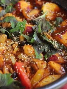 暑い夏こそ辛い鍋!鶏肉と山盛り野菜のカレーコチュ鍋