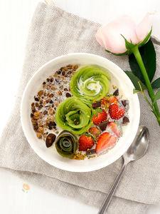 いちごとキウイとグラノーラの朝食ボウル