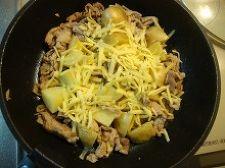 全体に塩とブラックペッパーが混ざったらピザ用チーズを全体に散りばめ、蓋をして火を弱め3分ほど蒸す。(チーズが溶けたらOK)