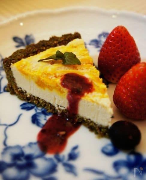 青いお皿に盛られたかぼちゃのキャロブチーズケーキ