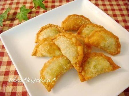 白いお皿に盛られたイタリア風サモサ