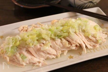 1. 蒸し鶏のネギソースのせ