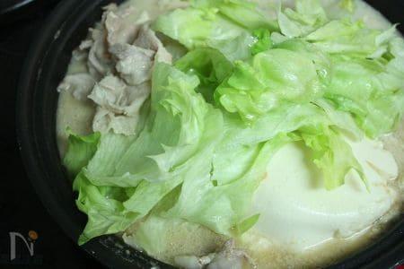 豚肉とレタスの豆乳ごま味噌鍋