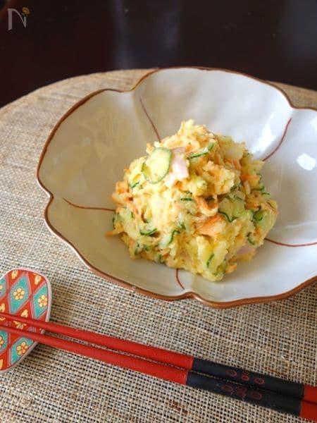 ゆでたじゃがいも、ハム、きゅうり、人参、玉ねぎをマヨネーズと酢で混ぜ合わせた基本のポテサラ