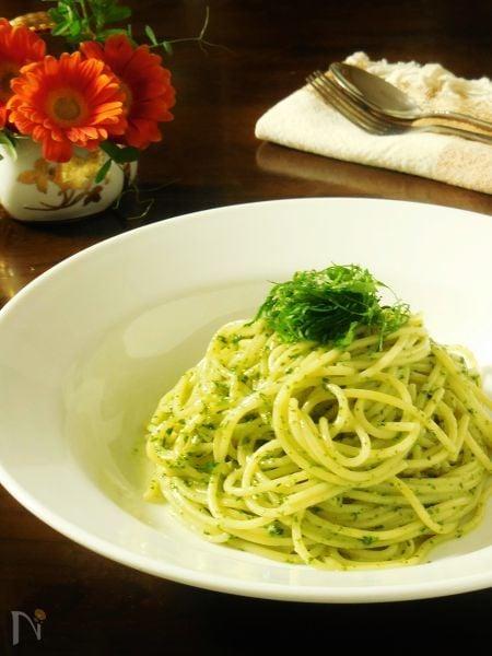 白いお皿の中のしそベーゼスパゲティ