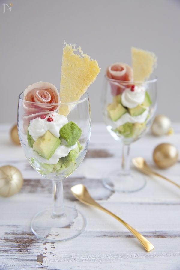 ワイングラスの中のサラダパフェ