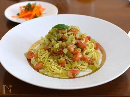 白いお皿に盛られたバジルトマトの冷製カッペリーニ