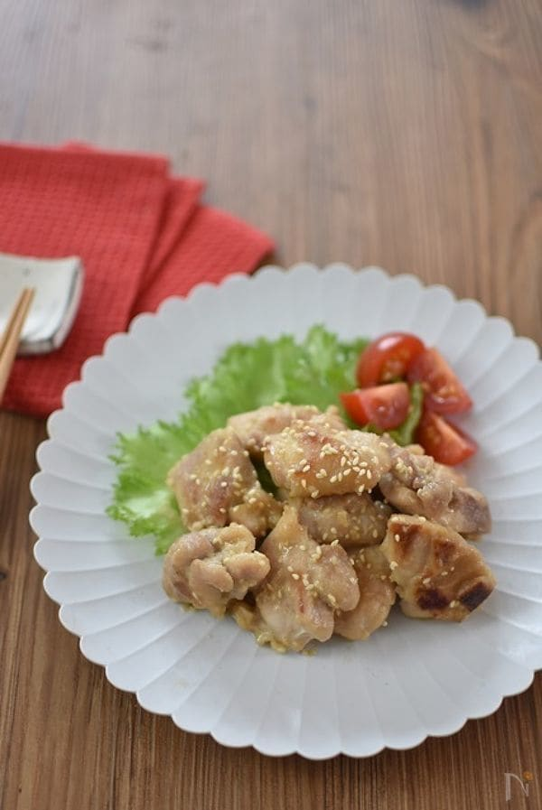 白いお皿に盛られた鶏肉のねりごま照り焼き