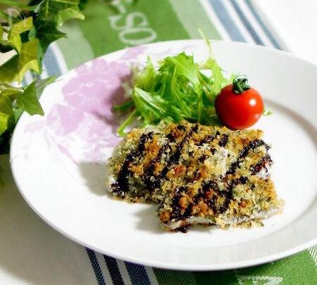 白いお皿に盛られた太刀魚のハーブ焼き