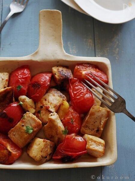 ベージュの四角い皿に盛られたメカジキとトマトソテー・ニンニク風味