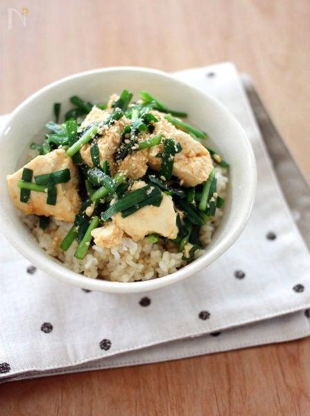 ピリ辛にんにく風味♪豆腐とにらのみそ蒸し丼