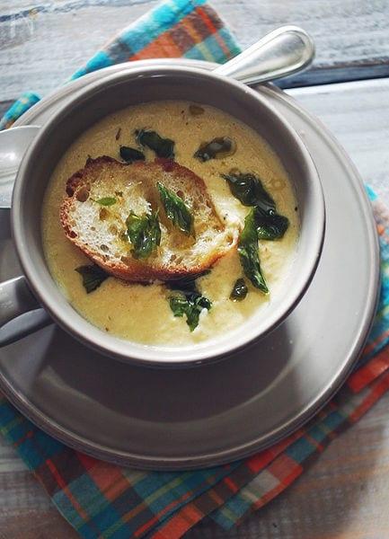 バジルのせフレッシュコーンスープ