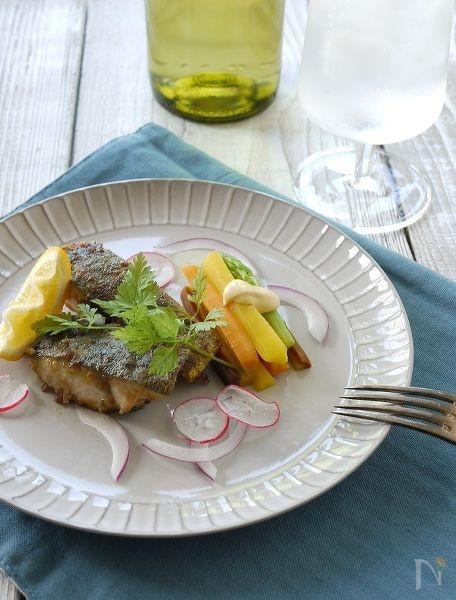 綺麗に盛られた魚のソテー