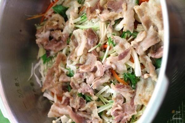一瞬でできる!豚肉と千切り野菜の蒸し煮