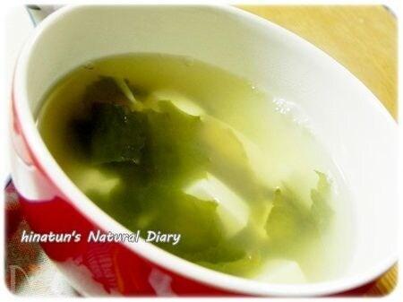 こぶ茶仕立てのわかめとお豆腐のスープ