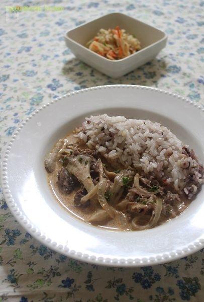水切りヨーグルト+の舞茸のビーフストロガノフ