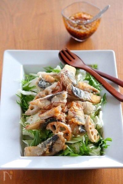 4. 食べ応え抜群!揚げサバと根菜のサラダ
