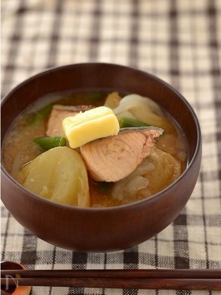 鮭とじゃがいものみそバタースープ