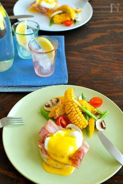 EGGS BENEDICTとメープルシロップのサラダ。