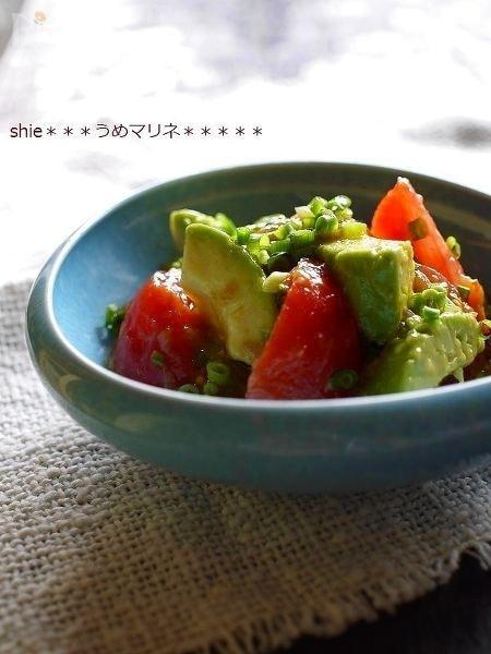 アボカドと湯むきトマトの梅オリーブマリネ