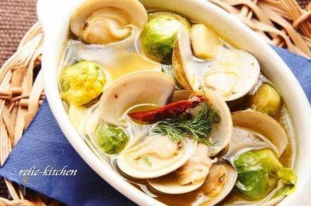 蛤と芽キャベツのアヒージョ